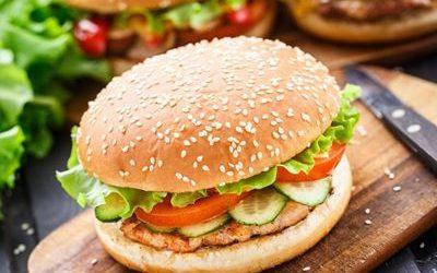 Burger de saumon et de courgettes au houmous vert