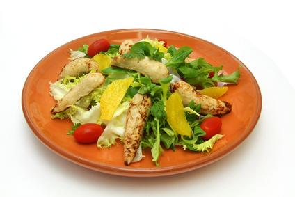 Salade composée et chiffonnade de filet de poulet rôti
