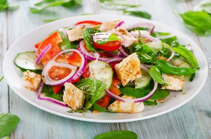 Salade tiède de fèves, épinards, soja et poulet